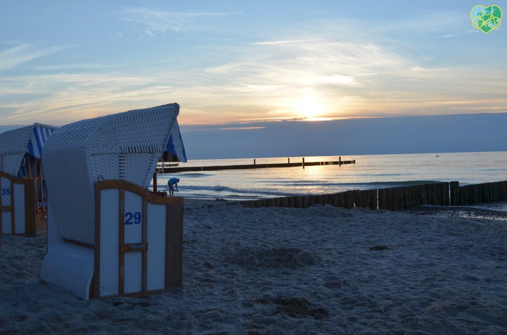 Im Strandkorb den Sonnenuntergang genießen